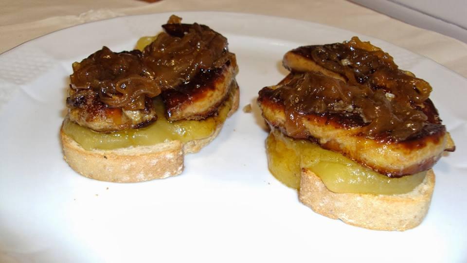 Tosta de foie,cebolla caramelizada y puré de manzana