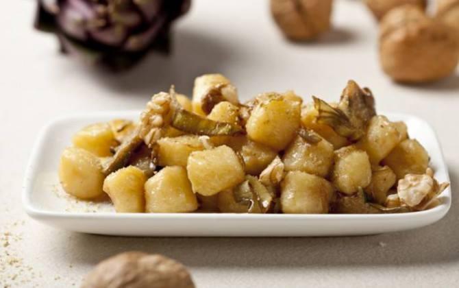 Salteado de patatas con alcachofas en conserva
