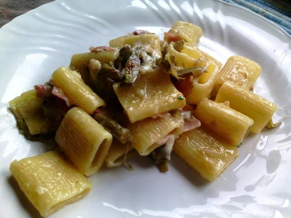 pasta con alcachofas en conserva y jamón