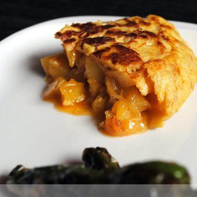 Tortilla de patata con bacalao y cebolla caramelizada